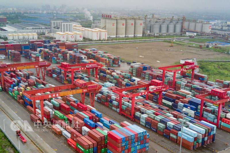 美國總統川普首席經濟顧問柯德洛日前批評中國國家主席習近平,阻撓中美達成解決貿易爭端的協議。北京專家認為,美國可能是藉此向中國施壓。圖為航拍江蘇泰州一處港口的進出口貨櫃。(中新社提供)中央社 107年7月21日