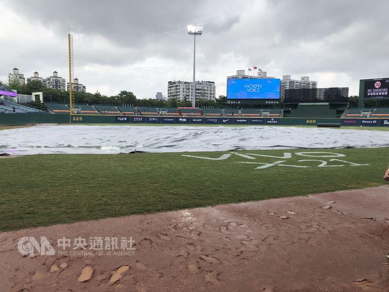中職富邦悍將隊21日原訂與Lamigo桃猿隊在新莊交手,可惜天公不作美,雨勢不斷導致場地狀況不佳,比賽延至22日下午,兩隊也將在新莊棒球場舉行雙重賽。中央社記者謝靜雯攝 107年7月21日