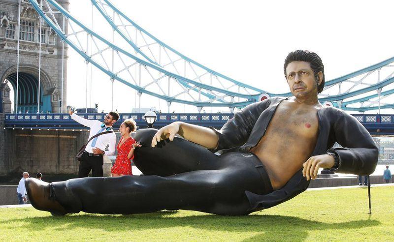 為了紀念電影「侏羅紀公園」今年上映滿25週年,片中男主角傑夫高布倫雕像現身倫敦。(圖取自Now TV推特twitter.com/NOWTV)