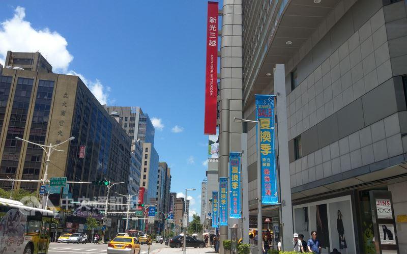 南西商圈除了有赤峰街等文藝氣息濃厚的街道,也有新光三越等百貨公司,樣貌多元。中央社記者朱則瑋攝 107年7月21日