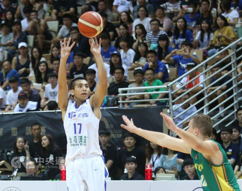 第40屆威廉瓊斯盃國際籃球邀請賽最後一天的賽事,中華白隊終場以91比80擊敗立陶宛,拿下在本次瓊斯盃的首勝。中華白高國豪(左)拿下11分。中央社記者張新偉攝 107年7月22日