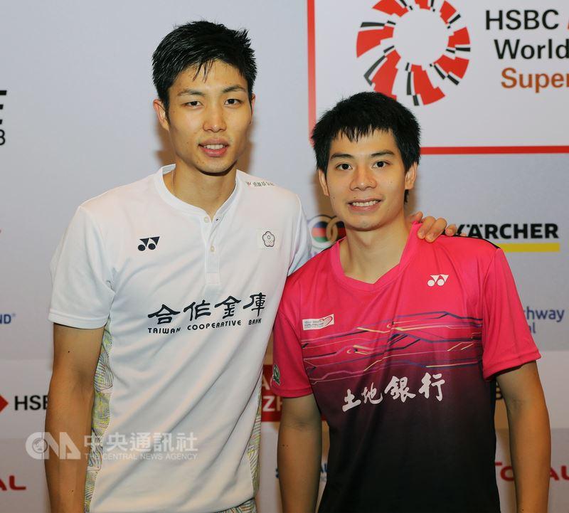 新加坡公開賽決賽後,台灣羽球選手周天成(左)與許仁豪合影。中央社記者黃自強新加坡攝 107年7月22日