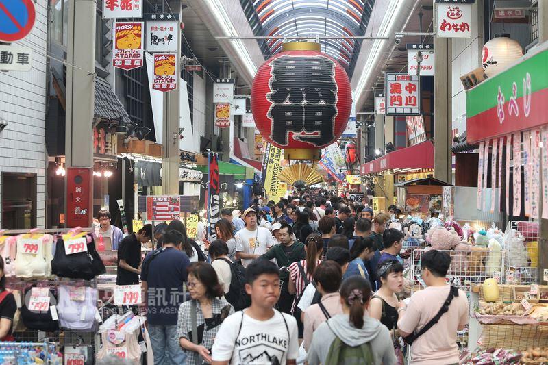 日本「黑門市場」位於西日本最大的城市大阪市,與大阪繁華街區心齋橋、道頓堀連成一片觀光鬧區,人潮絡繹、生氣勃勃,無論是新鮮的漁獲蔬果甚至外帶熱食,都能在主幹道約350公尺長的商店街一網打盡。中央社記者徐肇昌攝 107年7月22日