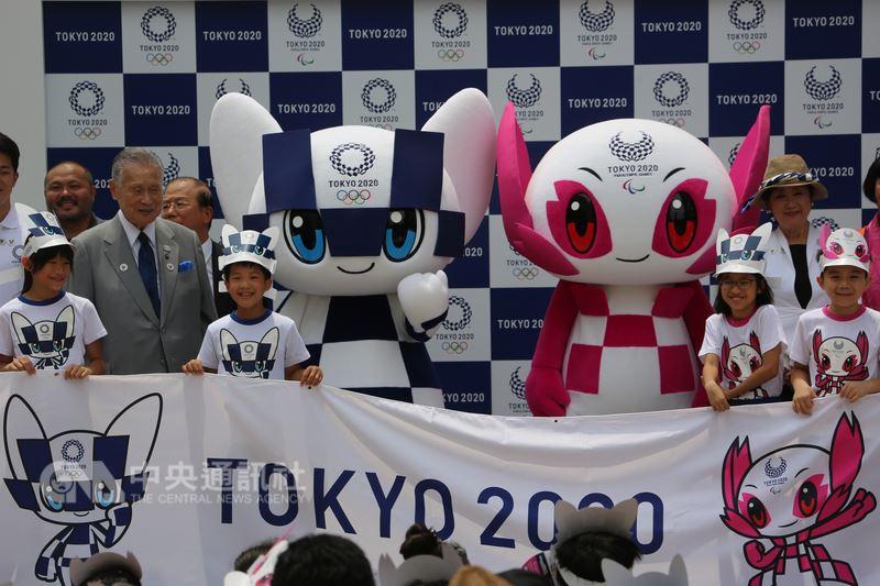 2020年東京奧運暨帕運吉祥物在東京首度以實體造型亮相並公布名字,周邊商品同步開賣。中央社記者楊明珠東京攝 107年7月22日