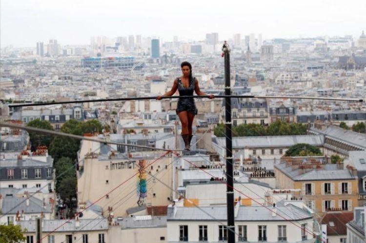法國雜技女藝人班岡卡21日表演走在35公尺高的鋼索上,身上全無安全裝備。(路透社提供)