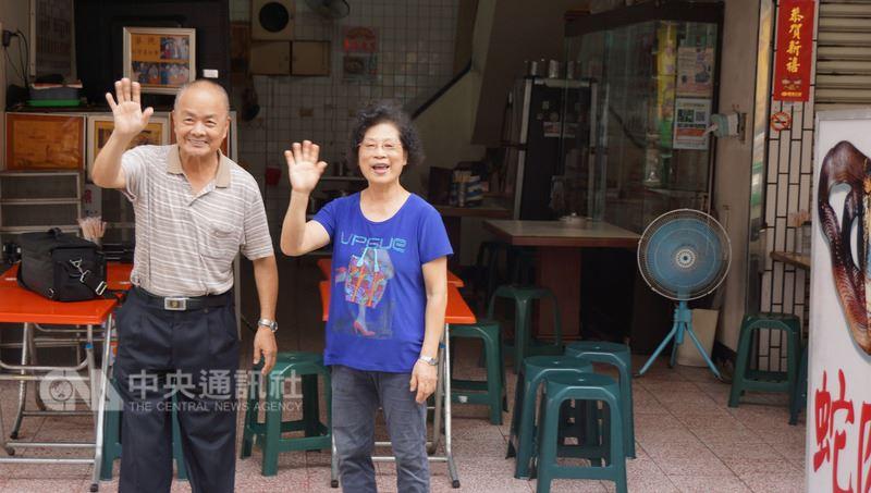 高雄六合夜市「今日蛇園」是夜市唯一蛇肉專賣店,走過41年,7月底將熄燈結束營業,老闆張鎮國(左)22日偕妻子向消費者說再見。中央社記者程啟峰高雄攝 107年7月22日