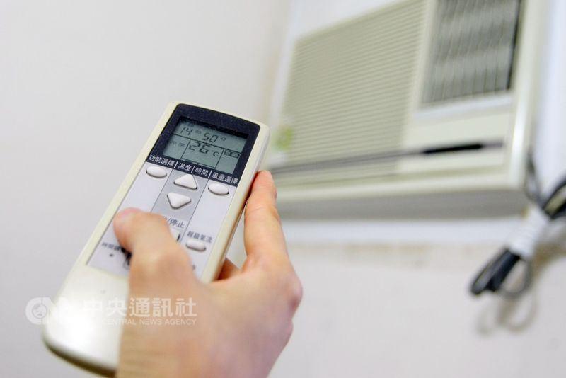 有民眾反映家中冷氣愈來愈不冷,質疑是台電降壓運轉所致;台電說明無降壓供電的事情。(中央社檔案照片)