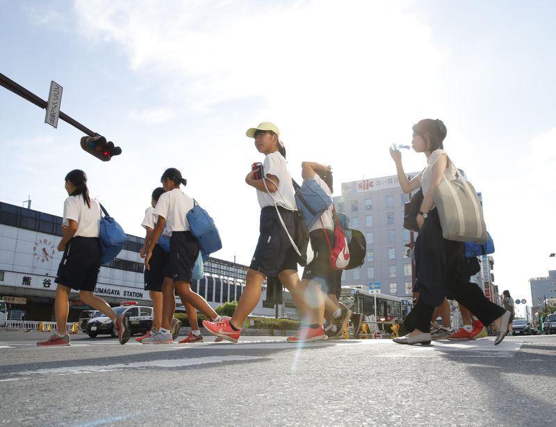 日本酷暑持續逾一週,全國各地傳出「熱死人」事件,當局提醒民眾開冷氣、多喝水,以嚴防中暑。(共同社提供)