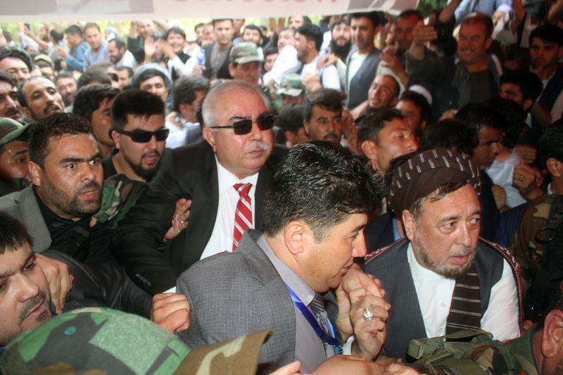 阿富汗副總統杜斯坦(紅色領帶者)流亡歸國,如明星般在群眾簇擁下離開。(安納杜魯新聞社提供)