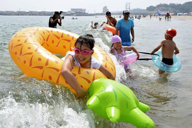 2011年東日本大地震引發海嘯造成福島核災,3座當時遭重創的海水浴場經過多年重建努力,已經重新開放。圖為原釜尾濱海水浴場。(檔案照片/共同社提供)