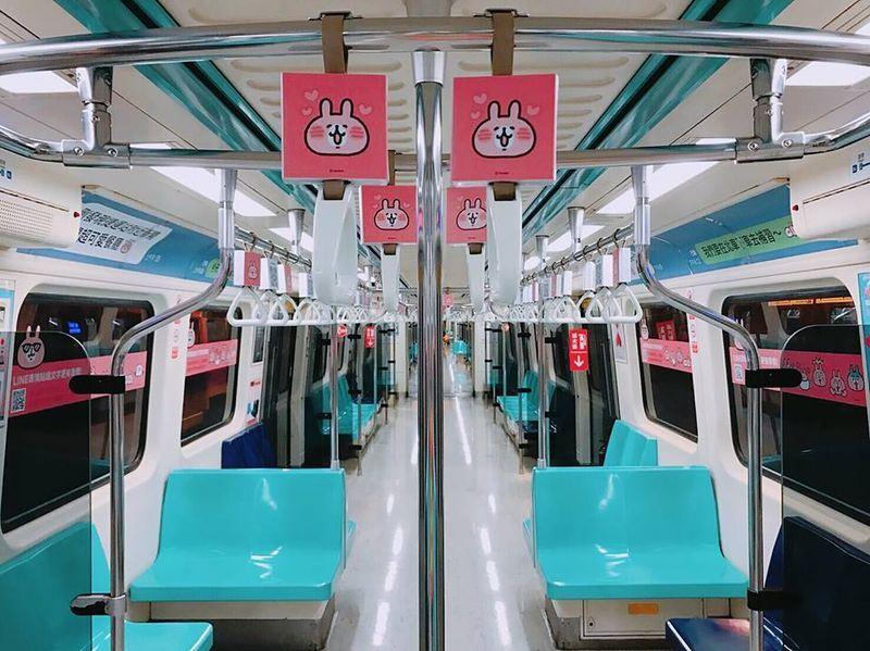 LINE表情貼慶祝列車23日起至8月19日在台北捷運板南線限定開跑。(圖取自LINE原創市集臉書facebook.com/linecmtw)