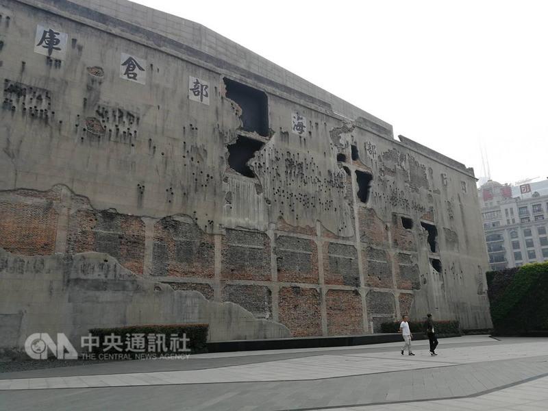 中國紅色旅遊人次年年增加,2017年有13億人次曾到訪紅色旅遊景點。鑑於景區導遊素質不一,有些會杜撰「領袖顯靈」事蹟,官方今天表示,力戒紅色旅遊中的低俗、庸俗、惡俗現象。圖為上海四行倉庫抗戰紀念館。中央社記者陳家倫上海攝 107年7月30日