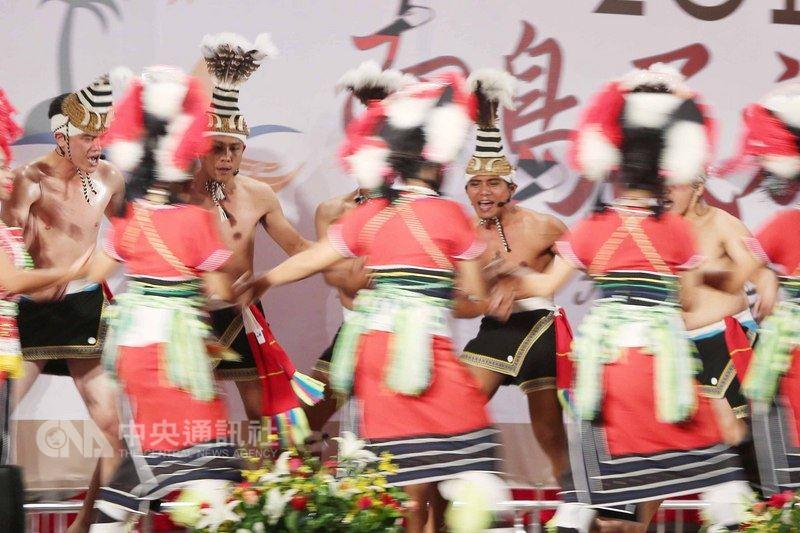 原住民族委員會1日在台北主辦「2018南島民族論壇」,邀請原民團體表演傳統舞蹈。中央社記者徐肇昌攝  107年8月1日