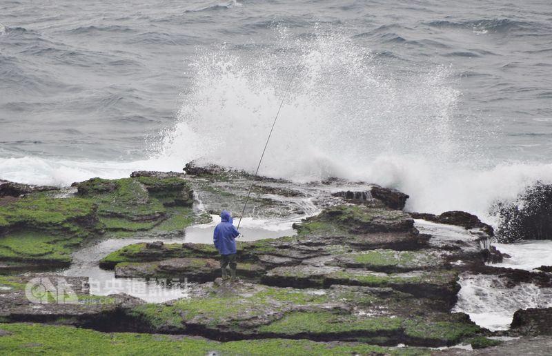 東北角海岸常有瘋狗浪發生,盡量避免浪大時進行任何岸邊活動。(中央社檔案照片)