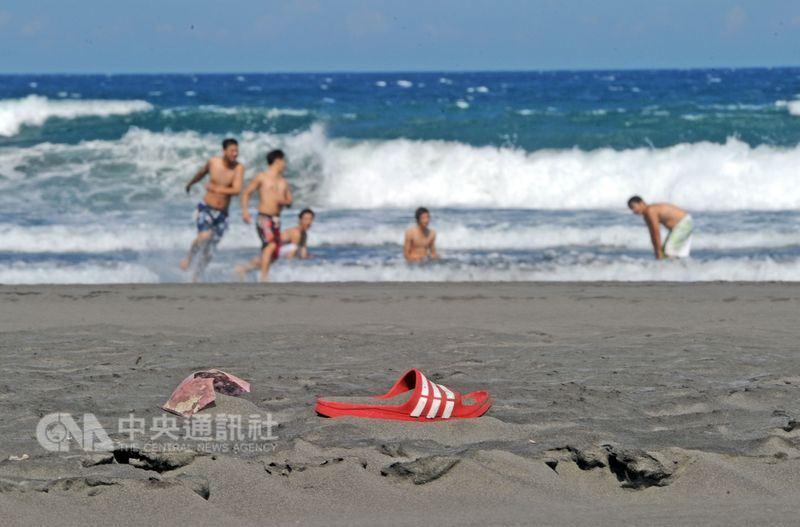 炎炎夏日,正是海邊戲水消暑的好時節,但可別輕忽其中暗藏的危機。(中央社檔案照片)