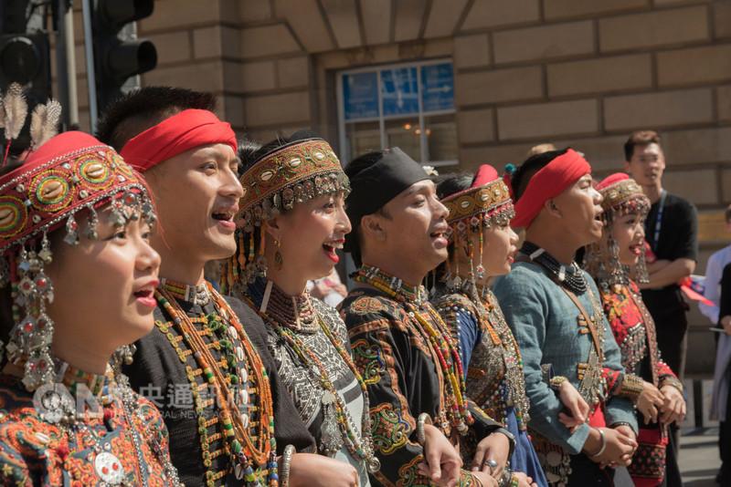台灣季表演團隊6日在愛丁堡皇家哩大道進行聯合街頭宣傳,屏東三地門的蒂摩爾古薪舞集身著排灣族傳統族服領頭,相當吸睛。(駐英代表處文化組提供,高志鵬攝影)中央社記者戴雅真倫敦傳真  107年8月7日