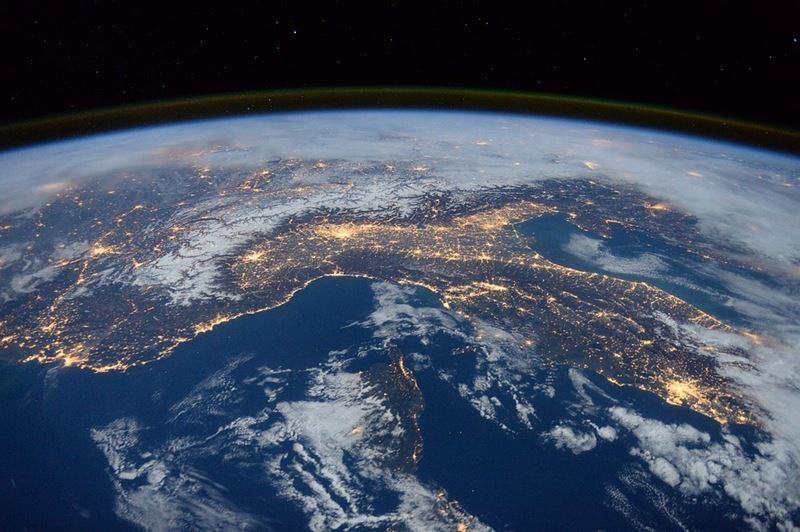 研究人員6日警告,因為化石燃料造成的汙染,可能將地球推向持久且危險「溫室」狀態。圖為示意圖。(圖取自Pixabay圖庫)