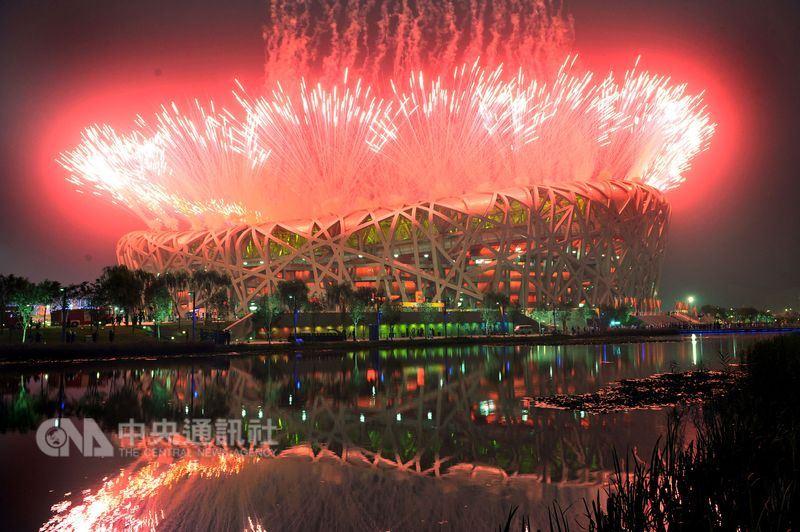 圖為2008年北京奧運開幕典禮,主體育場鳥巢放起五彩煙火。(中央社檔案照片)