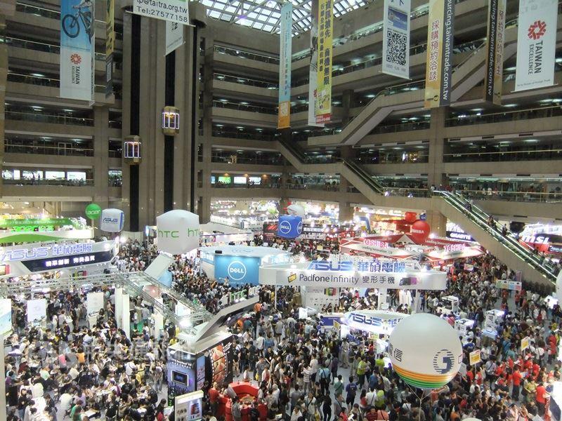 圖為世貿中心內電腦展場。(中央社檔案照片)