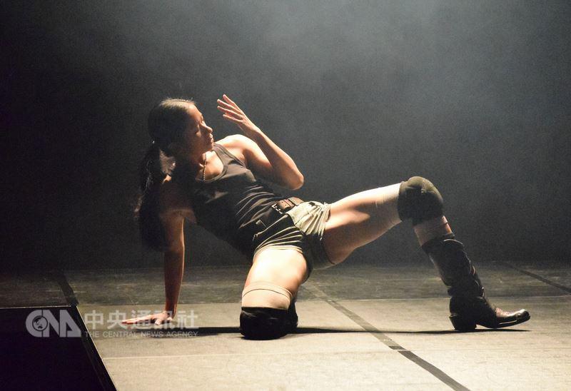 菲律賓編舞家伊薩.江森(Eisa Jocson)8日在「身體計畫」彩排記者會,以菲律賓獨特的舞男文化,用女性的身體詮釋男性舞蹈,希望透過視覺體驗,反思男女身分問題。中央社實習記者林慧詩攝  107年8月8日