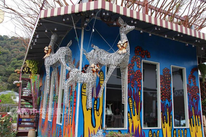 八八風災過後,紅十字會在嘉義縣番路鄉轆仔腳捐建155戶永久屋,取名為「逐鹿社區」,社區內到處可見梅花鹿造型裝置藝術。中央社記者江俊亮攝  107年8月8日