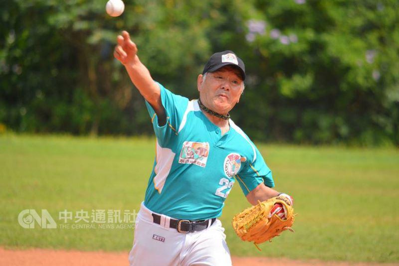 高齡71歲的佐藤惣八年輕時曾是棒球好手,卻因一次受傷讓棒球生涯被迫中斷,直到8年前移居台灣後,因緣巧合下加入不老棒球隊,一圓他未完的棒球夢。(弘道老人福利基金會提供)中央社記者張茗喧傳真  107年8月9日