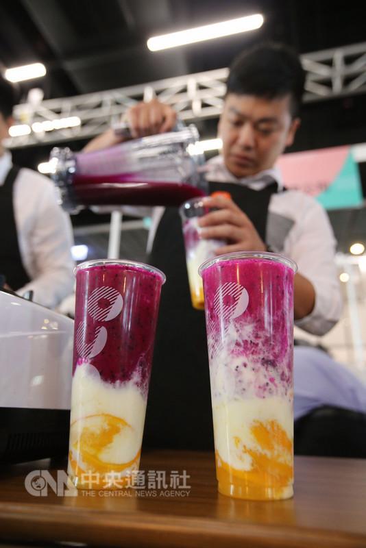 為了推廣台灣優質水果,農糧署邀請業者以台灣水果為原料開發手搖飲料,9日在台北舉辦「107年台灣水果手搖飲料」品評比賽,參賽代表現場調製創意飲品,爭取佳績。中央社記者徐肇昌攝 107年8月9日