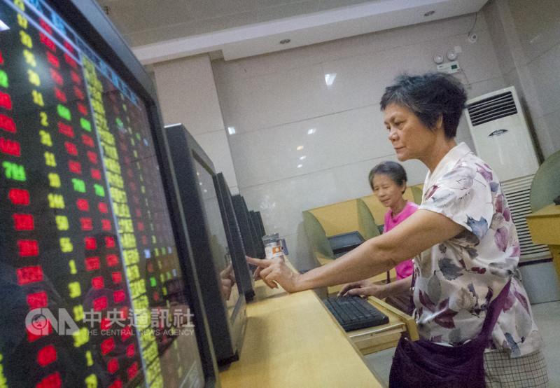 美國確定對中國160億美元商品加徵關稅的日期後,陸股短線利空出盡,9日雙雙收紅,上證綜指盤中更一度觸及2800點大關。不過中長期來看,貿易戰烏雲未散,陸股後勢變數仍多。(中新社提供)中央社記者陳家倫上海傳真 107年8月9日