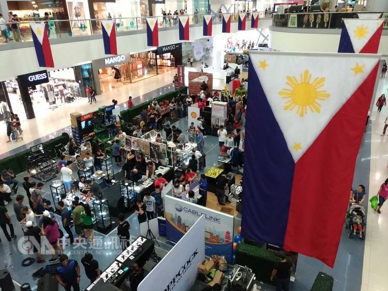 受到長灘島封島等多項政府政策所影響,菲律賓今年第2季經濟成長放緩,但仍達6.0%,低於去年同期的6.7%。圖為菲律賓大馬尼拉地區一家商場的消費人潮。中央社記者林行健馬尼拉攝 107年8月9日