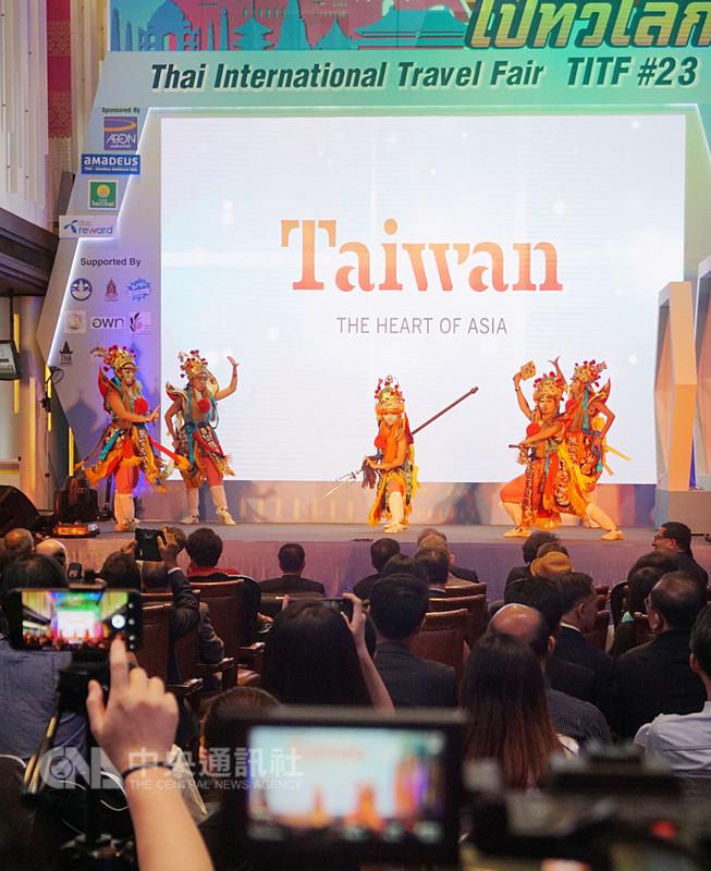 交通部觀光局組團參加泰國國際旅展,並受邀擔任開幕演出,舞台上台灣民俗的一種陣頭「官將首」演活了特有的宗教文化藝術,贏得滿堂彩。中央社記者劉得倉曼谷攝 107年8月9日
