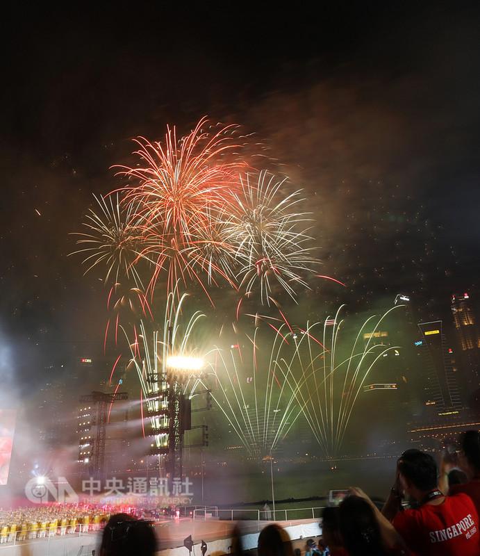 9日是新加坡國慶日,舉行一系列慶祝活動,當夜幕低垂,濱海灣夜空綻放璀璨煙火,更把現場氣氛帶到最高潮。中央社記者黃自強新加坡攝 107年8月9日