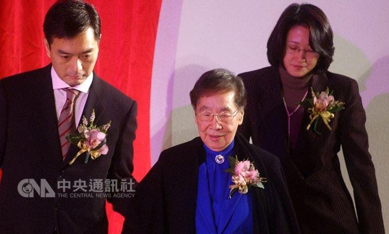 裕隆董事長嚴凱泰(左)談到母親吳舜文(中),說母親在他結婚前幾週不幸摔斷了腿,但為了「走」進禮堂堅持馬上進開刀房;對嚴凱泰而言,母親就像燈塔,始終導引著所有人往正確的方向邁進。(中央社檔案照片)
