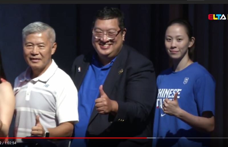 身為今年亞運中華女籃代表隊陣中最「幼齒」的球員,23歲的黃鈴娟(右)期望能在亞運賽事再次重溫奪牌喜悅。(圖取自愛爾達體育家族ELTA Sports YouTube頻道)
