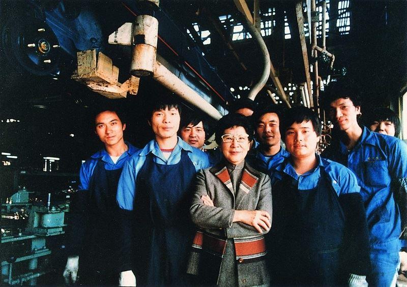 裕隆集團前總裁吳舜文(前中)9日逝世滿10週年,她成功打造國人第一輛國產車「飛羚101」,被稱為「台灣汽車之母」,除了是企業家,也是藝術家、教育家,具有多重身分,斜槓人生過得精彩。圖為吳舜文與裕隆汽車同仁合影。(裕隆汽車提供)