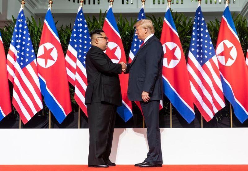 北韓外交部發言人表示,北韓仍願執行6月12日雙方領導人金正恩(左)與川普(右)在新加坡劃時代峰會中達成的廣泛協議。(圖取自美國國務院推特網頁twitter.com/StateDept)