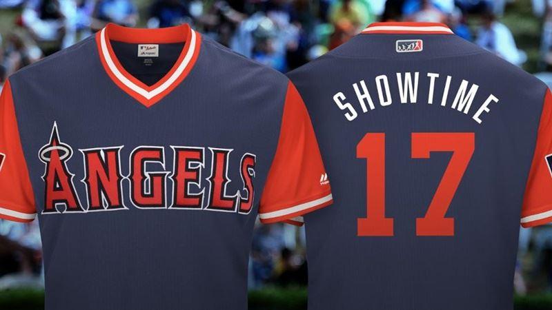 美國職棒大聯盟(MLB)24日起展開為期3天的球員週,根據大聯盟官網報導,大谷翔平打算穿著的綽號球衣,就是繡著SHOWTIME英文字樣,並搭配他的背號17號。(圖取自大聯盟官網mlb.com)