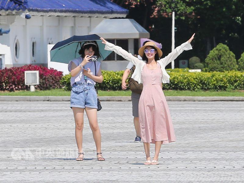 10日各地高溫炎熱,但受南方雲系北移影響,南台灣容易有短暫陣雨或雷雨。(中央社檔案照片)