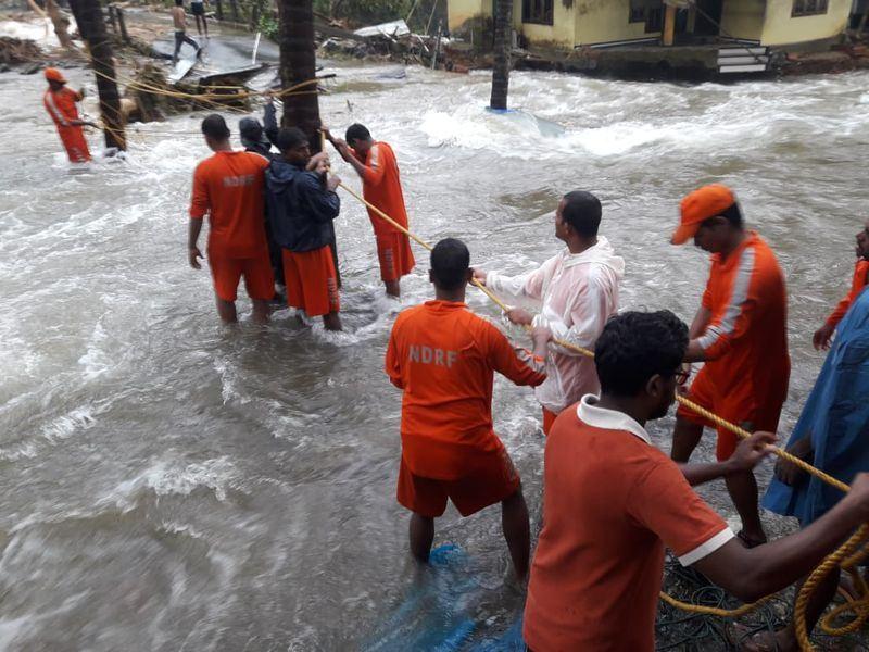 印度南部克勒拉省因雨季豪雨成災,官方統計截至10日上午,克勒拉省已至少有26人因豪雨帶來的洪水和土石流引發的災難而死亡。(圖取自印度軍方和國家災害應變部隊臉書 www.facebook.com/HQNDRF)