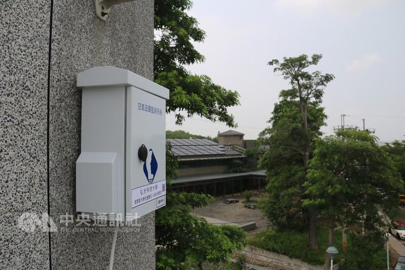 弘光科技大學4月起在中部沿海地區裝設監測設備,協助學校與長輩較多的機構了解當地空氣品質,為民眾健康把關。中央社記者蘇木春攝 107年8月10日