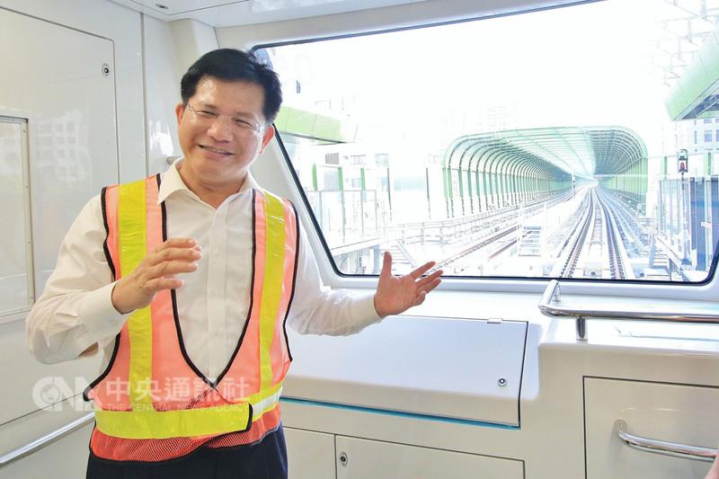 台中捷運綠線將啟動試運轉,預計109年全線通車,台中市長林佳龍10日透過臉書直播介紹車廂設備,邀請民眾共同迎接捷運時代的來臨。(市府提供)中央社記者郝雪卿傳真  107年8月10日