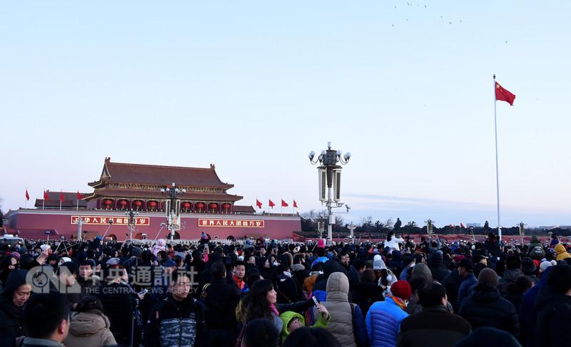 北京學者鄧聿文分析,從長週期看,今年將成為中國的轉折點,對當局來說,2018年是一個大考年。圖為北京天安門廣場上的人群。(中新社提供)中央社 107年8月10日