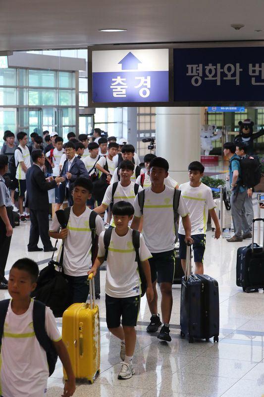 由南韓運動員、記者和官員所組成的150餘人代表團,10日出發前往北韓首都平壤,準備參加在當地舉行的國際青少年足球賽。(韓聯社提供)
