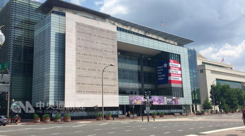 新聞博物館位在連接白宮與國會的賓夕法尼亞大道上,外牆刻著美國憲法保障言論與新聞等自由權的「第一修正案」。中央社實習記者蔡芃敏華盛頓攝 107年8月11日