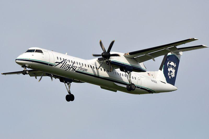美國西雅圖-塔科馬國際機場10日晚間有一架未經授權的飛機起飛後墜毀,據信機上沒有乘客。圖為Horizon Air Q400機型,非事件墜毀飛機。(圖取自維基共享資源,作者Eric Salard,CC BY-SA 2.0)