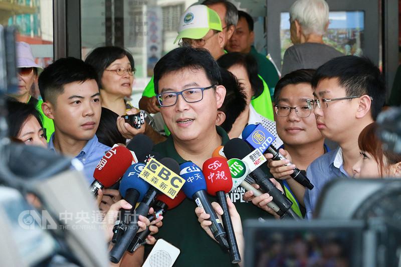 民進黨台北市長參選人姚文智(中)11日拜訪士東市場前受訪表示,已與市議員高嘉瑜相約下週一碰面,目前雙方溝通已經沒有問題。中央社記者蕭博文攝 107年8月11日