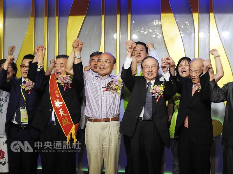 民進黨新北市長參選人蘇貞昌(前右3)參加中華民國彰化同鄉總會會員大會的餐會,與大家高喊「凍蒜」,場面熱烈。中央社記者王鴻國攝 107年8月11日