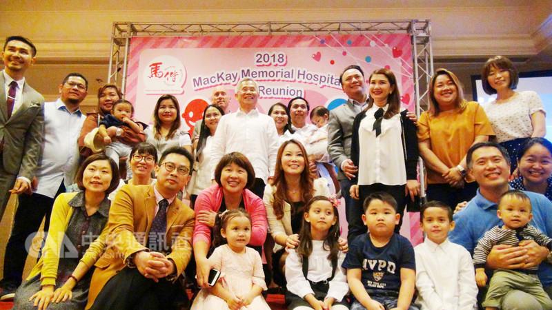 馬偕紀念醫院11日在菲國舉辦不孕症療法及病友會,吸引許多希望懷孕的夫婦到場諮詢,多對菲國夫婦也現身分享成功經驗。圖為馬偕醫院團隊、菲國受惠夫婦、孩童與駐菲代表徐佩勇合影。中央社記者林行健曼達路永市攝 107年8月11日