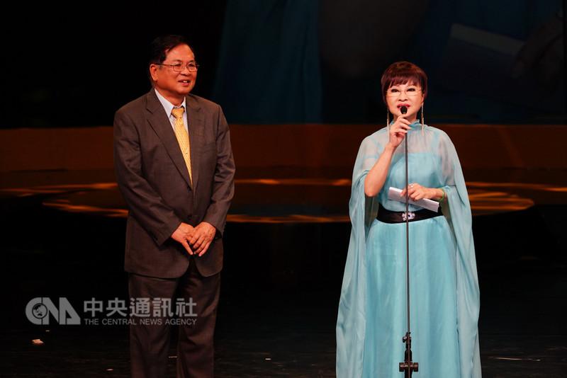 第29屆傳藝金曲獎頒獎典禮11日晚間登場,戲齡長達62年的歌仔戲演員許秀年(右)榮獲本屆戲曲類特別獎,她致詞時感謝一路相挺的粉絲,也特別感謝這一路上給予她演出舞台的3個老闆。(傳藝中心提供)中央社記者汪宜儒傳真 107年8月11日