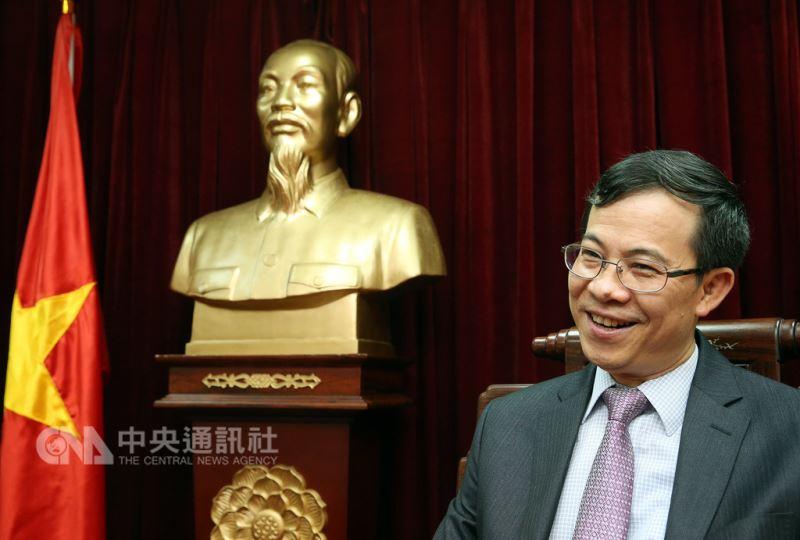 來台近3年半的越南駐台代表陳維海即將離任,他接受中央社專訪時表示,對台灣的感情很深,未來不論在哪個位置,都將繼續協助推動越台關係。中央社記者郭日曉攝 107年8月11日