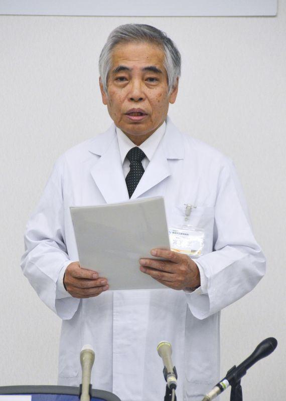 日本靜岡市立靜岡醫院醫院院長宮下正10日召開記者會,說明病患被檢驗出身上有超級細菌事件。(共同社提供)